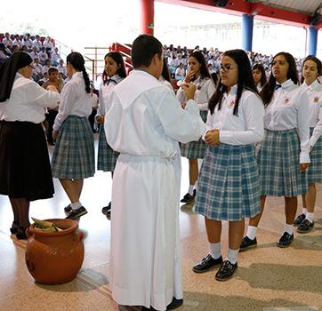 2bcf872d Entre las Lúdicas que ofrece el Colegio, están: baloncesto, voleibol, grupo  musical, danzas, porrismo, ping-pong, fútbol y ballet y por convenio, ...